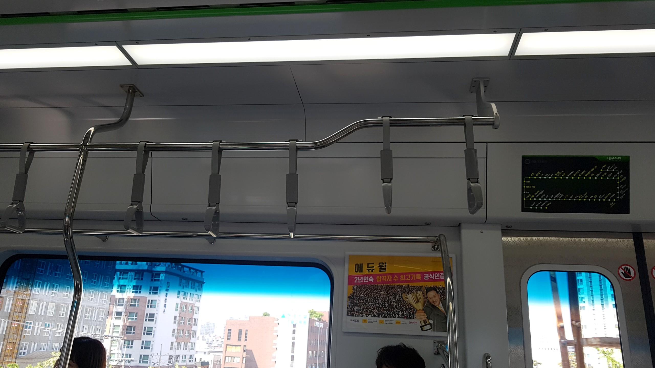 새로 나왔다는 2호선을 탔다. 선반 없어지고 내릴 역이 되면 열리는 문에 초록색 전구등이 들어온다.