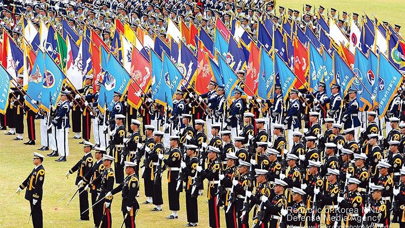 사진: 기념식에서의 대한민국 의장대. 육해공해병 등의 각군 의장대가 존재한다.
