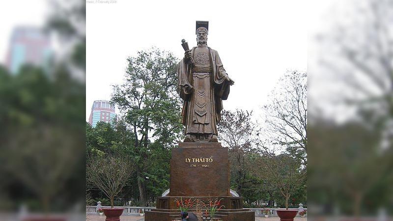 사진: 리왕조의 태조 리 꽁 우언. 베트남에 있다. 화산 이씨의 실제 조상의 동상이다.