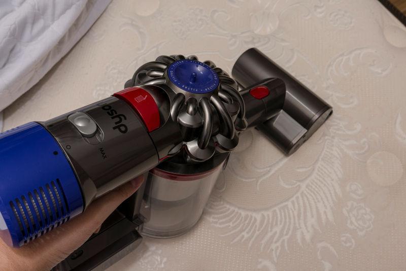 무선 청소기 다이슨 V8 카본 파이버로 미세먼지 해결