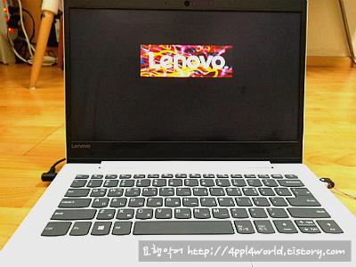 레노버 노트북을 펼친 모습의 사진입니다.